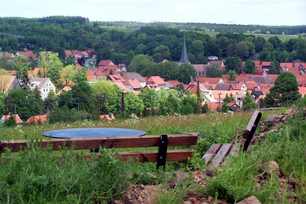 Elbingerode-2015-Dorfansicht-mit-Bank-1