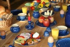 lecker gedeckte Frühstückstafel in der Pension Born